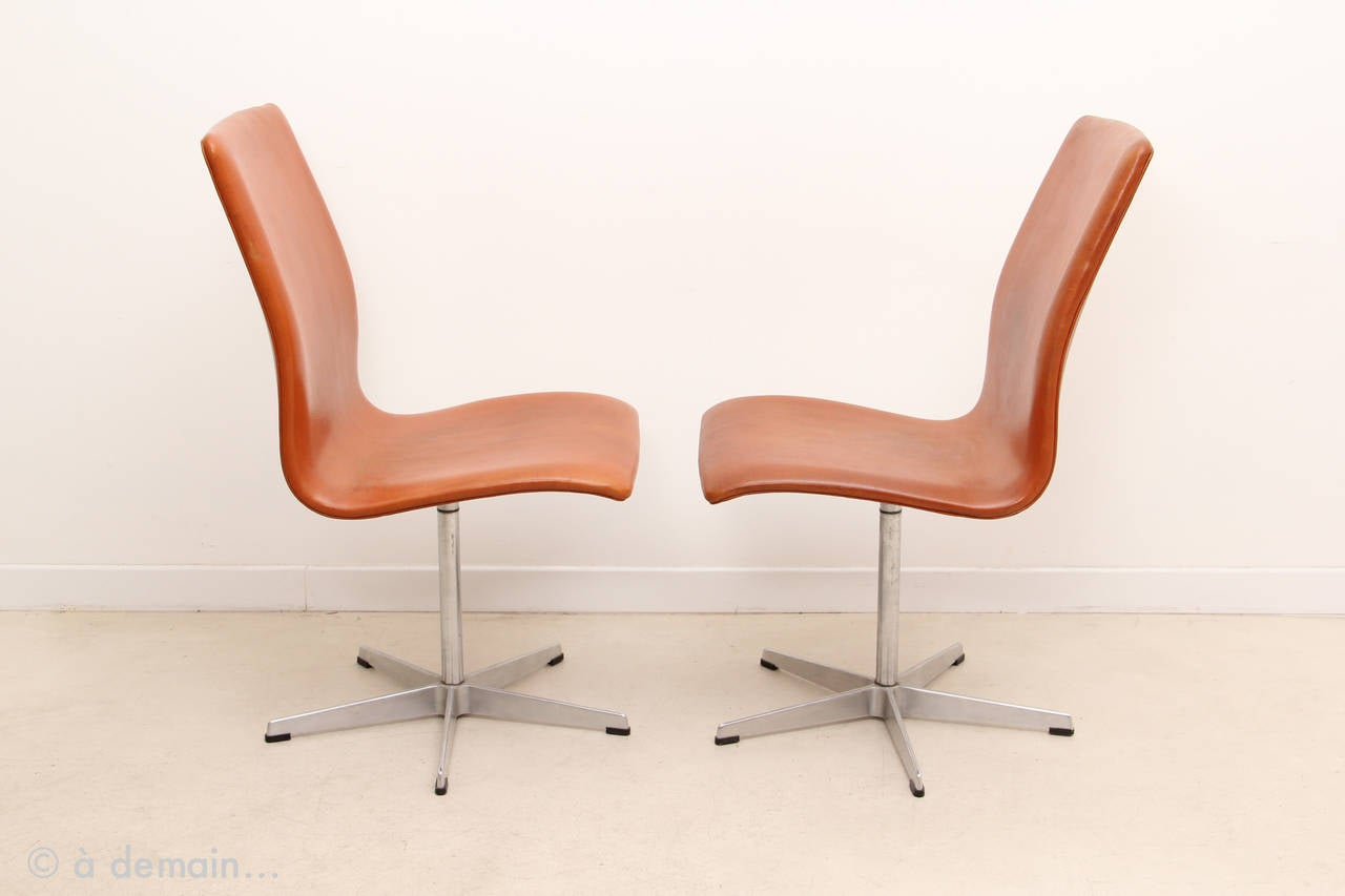Pair of oxford chairs by arne jacobsen produced by fritz for Chaise jacobsen