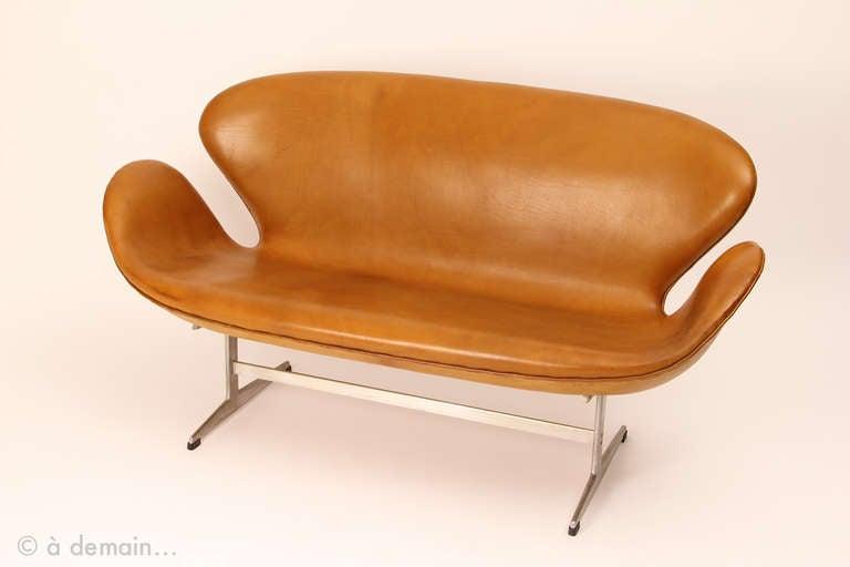 swan sofa by arne jacobsen fro fritz hansen at 1stdibs. Black Bedroom Furniture Sets. Home Design Ideas