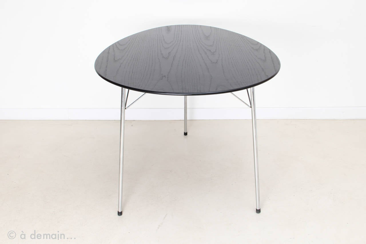 egg dining table with three ant chairs by arne jacobsen edition of fritz hansen at 1stdibs. Black Bedroom Furniture Sets. Home Design Ideas