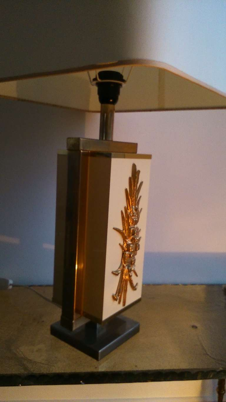 Late 20th Century 1970's brass and  beige lacquered melamine lamp - France - Ipso Facto For Sale