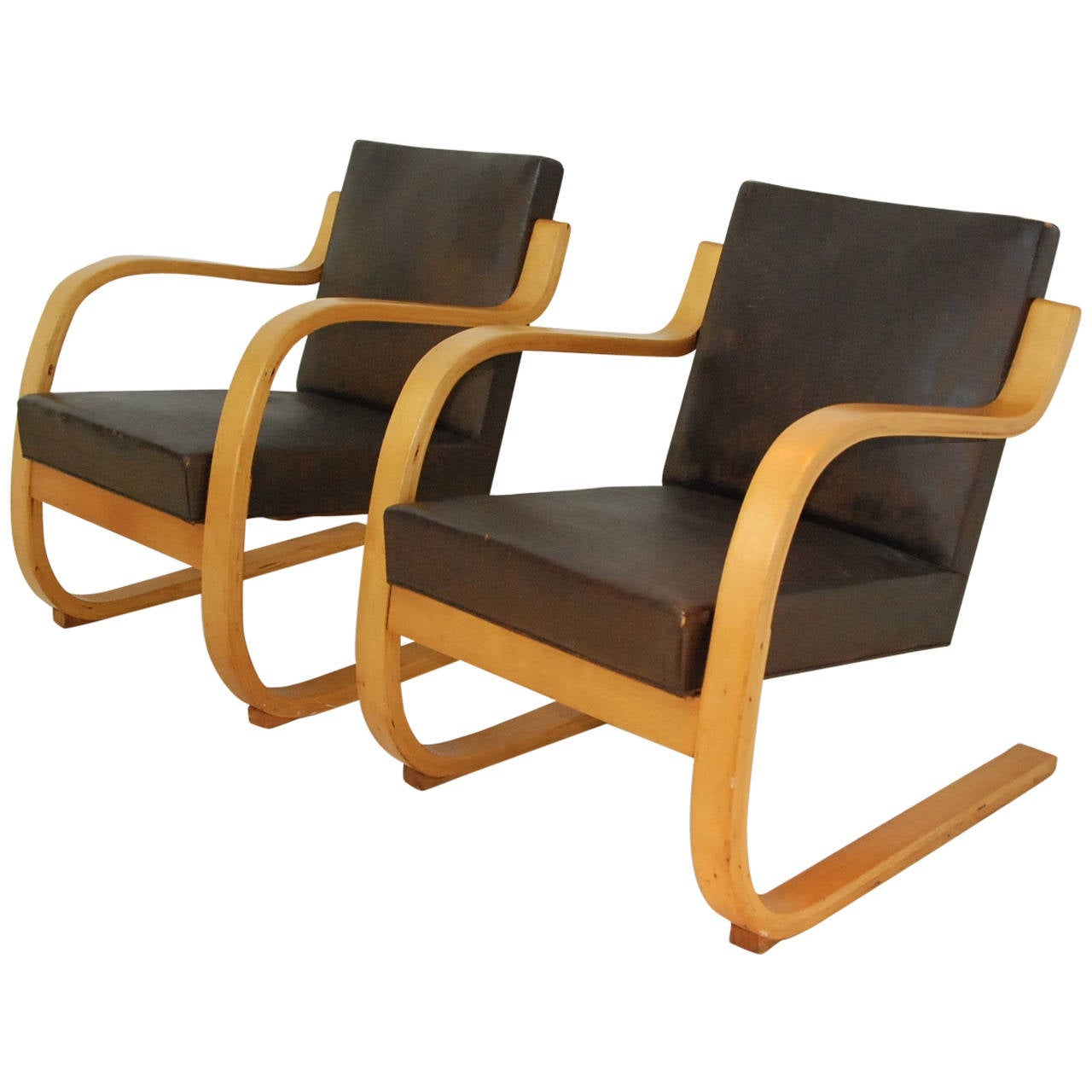 Pair of lounge chairs 34 402 by alvar aalto for sale at for Alvar aalto chaise