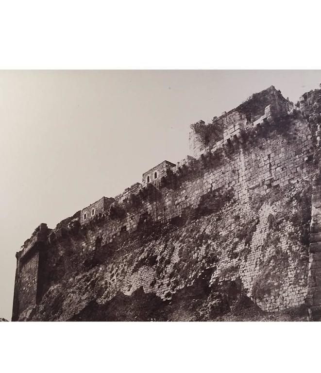 Louis de Clercq Black and White Photograph - Kalaat-El-Hosn, Premiere Enciente