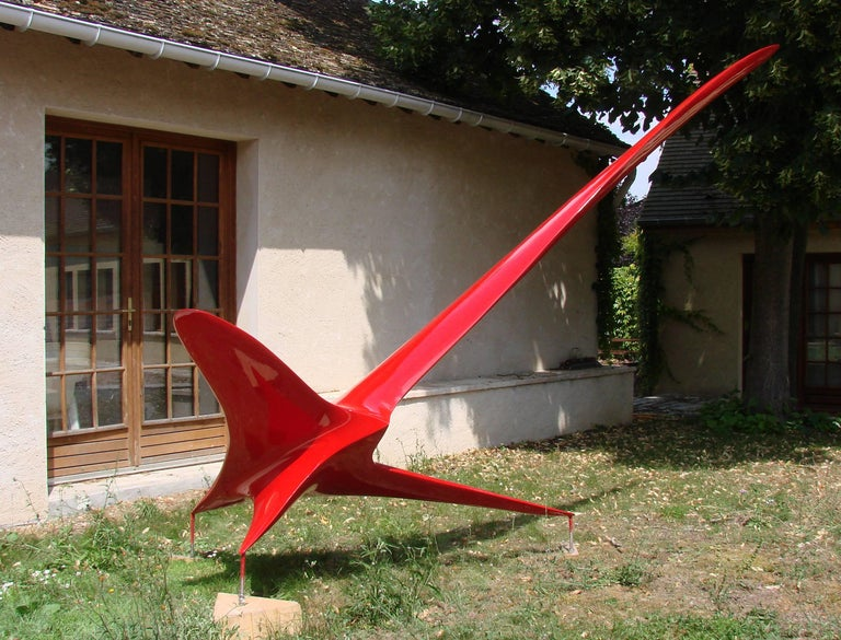 Twin Bird V is a resin sculpture made by Patrice Breteau, a French contemporary artist. This piece is available in eight different colors, all resistant to UV exposure and outdoor weather.   Free from gravity,