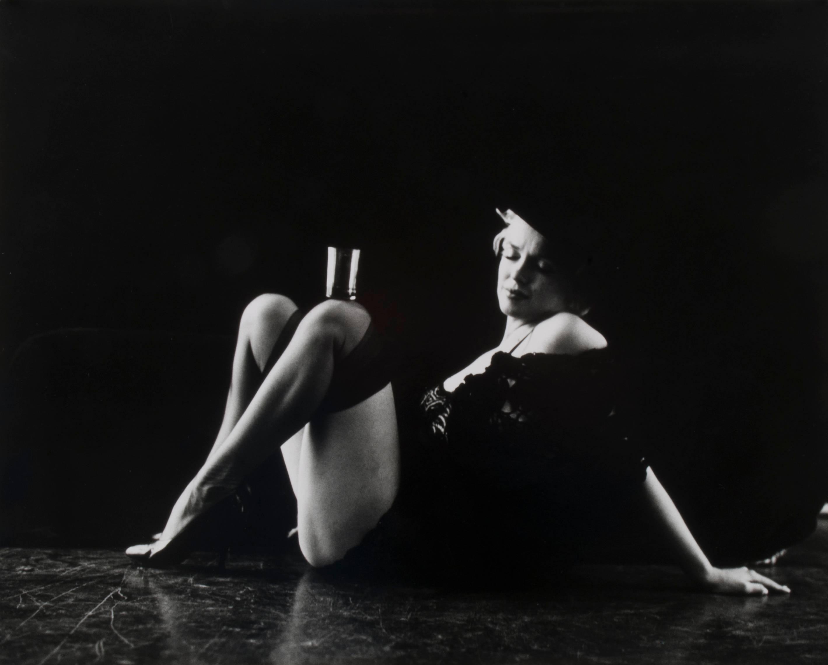 Marilyn Monroe, Glass Balanced on Left Knee