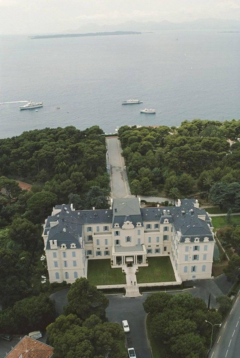 Hôtel du Cap, Eden-Roc, Antibes, France (Slim Aarons Estate Edition) - Photograph by Slim Aarons