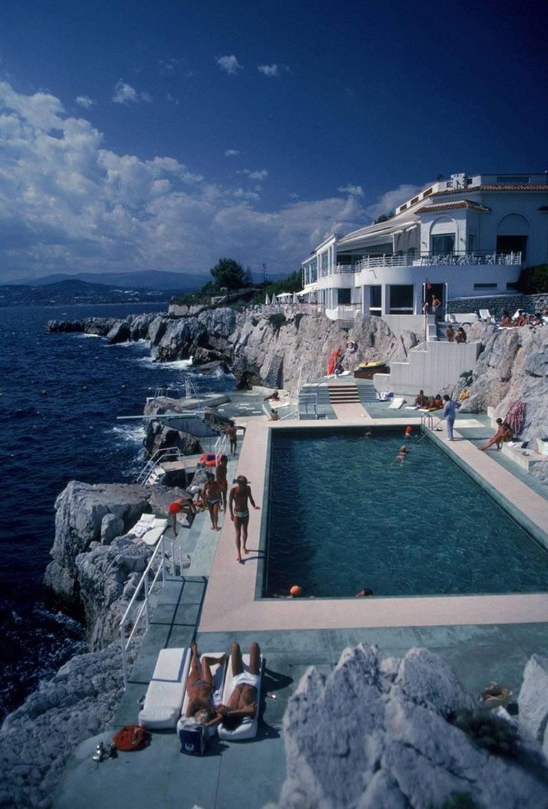 Slim Aarons 'Hôtel du Cap, Eden-Roc Pool' (Slim Aarons Estate Edition) - Photograph by Slim Aarons