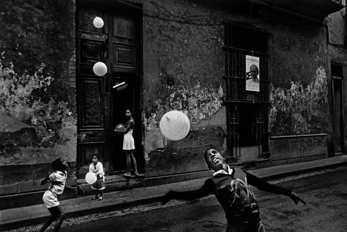 Children playing with balloons, Havana