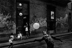 Ernesto Bazan - Children playing with balloons, Havana