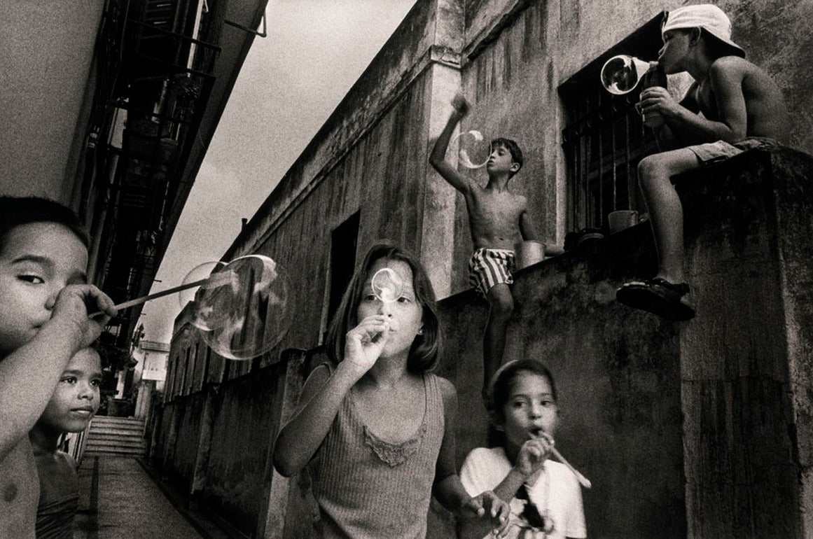 Children playing with soap bubbles, Havana