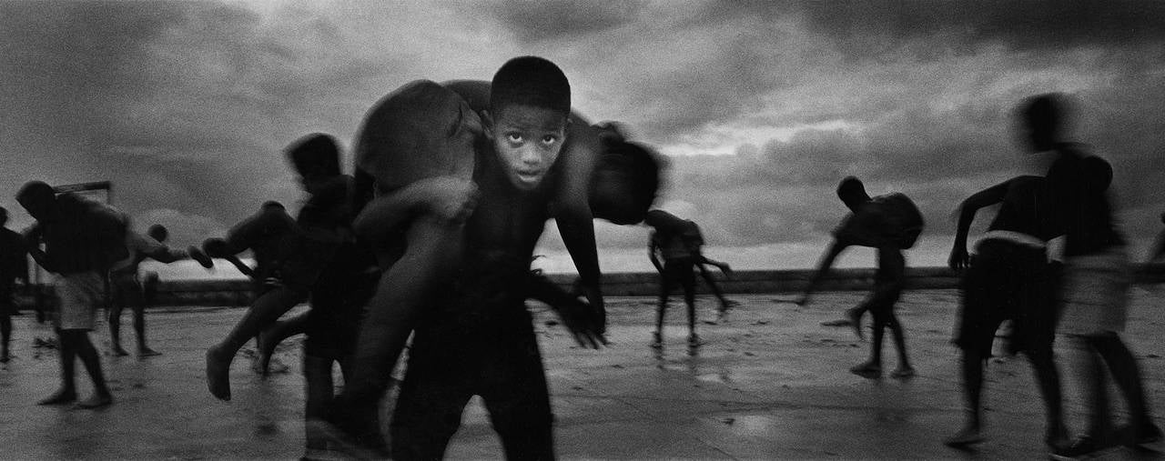 Ernesto Bazan Landscape Photograph - Young wrestlers, Havana