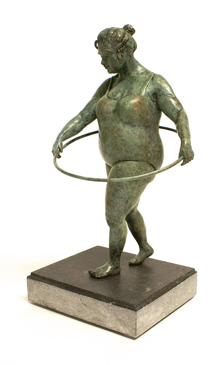 """""""Cinquieme Essai"""" Bronze rounded figure with a hula hoop in green patina 1"""
