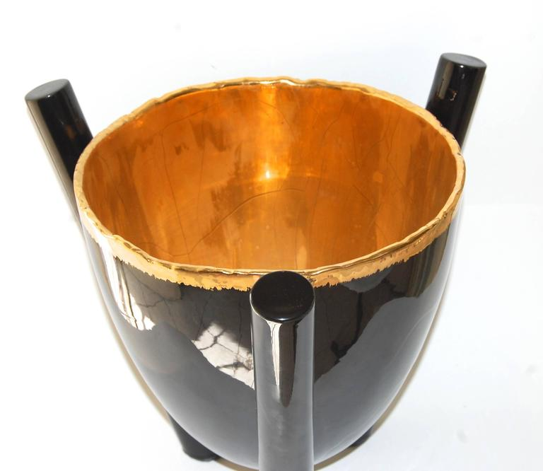 Black and gold bowl. Size: 15x15