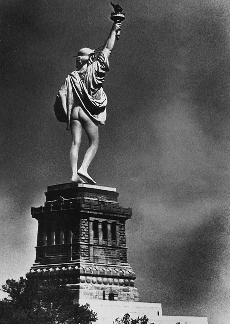 Alfred Gescheidt Black and White Photograph - Statue of Liberty Mooning