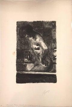 Femme Debout dans sa Baignoire