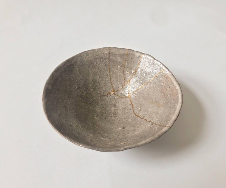 Grey ceramic bowl by Shiro Shimizu with gold kintsugi  For Sale 1