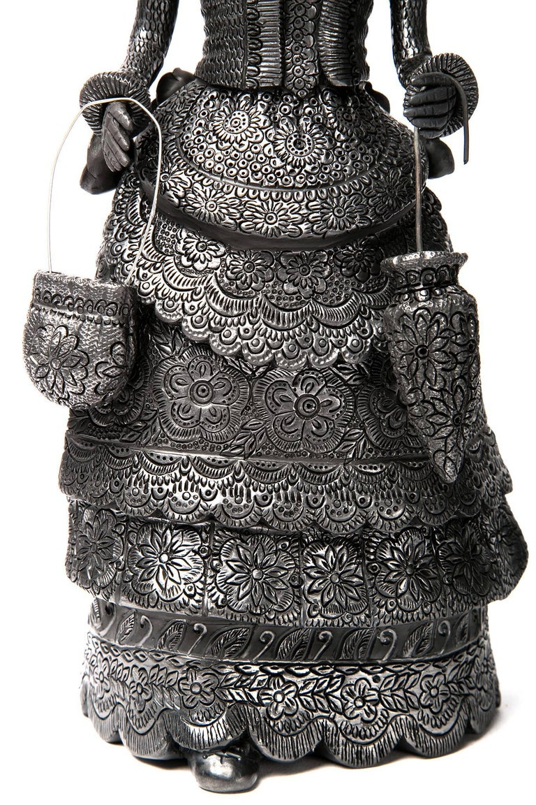 5'' Mujer Catrina-Oaxaca / Ceramics Black Clay Mexican Folk Art - Sculpture by Magdalena Pedro Martinez