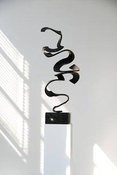 Schwerelos 4 - Black bronze sculpture