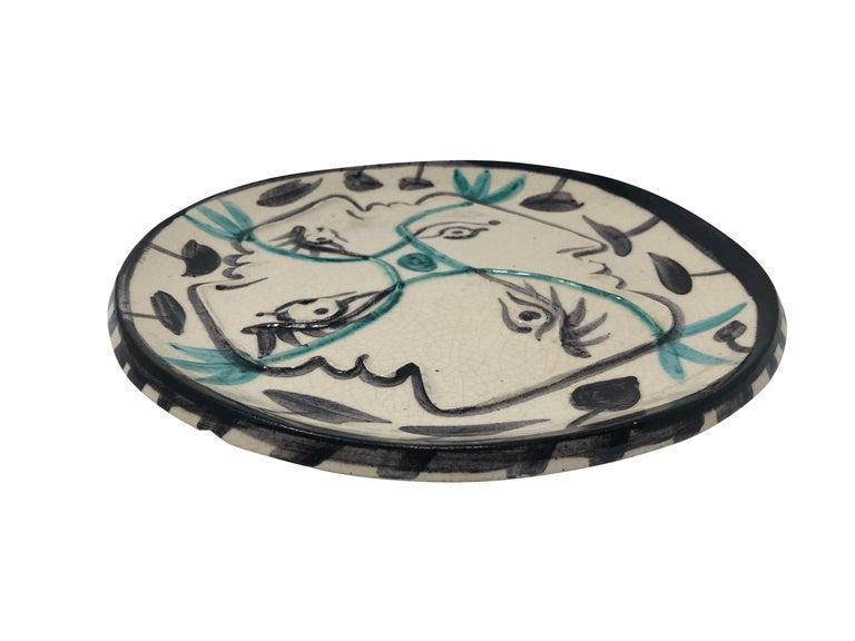 Pablo Picasso Madoura Ceramic Plate - Quatre profils enlacés, Ramié 86 - Brown Still-Life Sculpture by Pablo Picasso