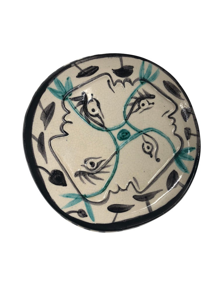 Pablo Picasso Madoura Ceramic Plate - Quatre profils enlacés, Ramié 86 - Sculpture by Pablo Picasso
