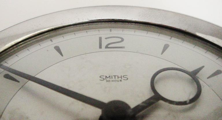 English Mid-Century Modern Chrome Mechanical 30-Hour Smiths Tilting Desk Clock   In Good Condition For Sale In Port Hope, ON