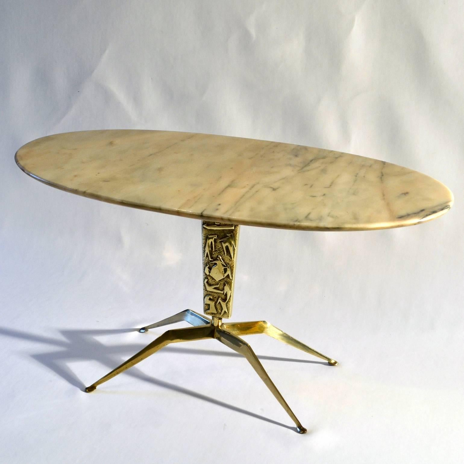 1950s Italian Oval Marble Coffee Table On Sculptural Brass Base For Sale 2