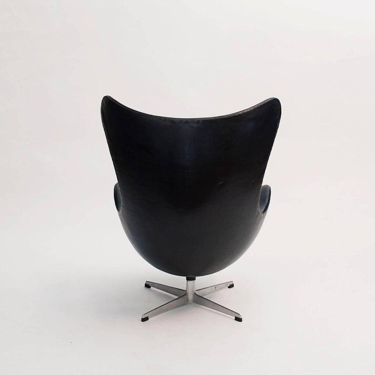 Danish Scandinavian Modern Arne Jacobsen Egg Chair, Early Production For Sale