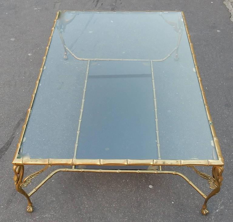 Coffee table with two-level, swan decorated with glass shelves, the structure is made of bronze or patinated brass, feet are eagle claws clasping a ball in the Chippendale style, its six extra tables 47 x 47 X H 40 n have a tray and the bottom ends