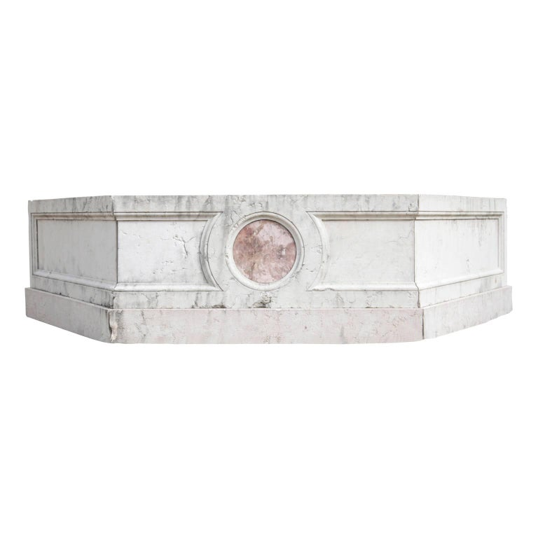 The hexagonal, very bright basin is made out of Italian marble and has two round medallions made out of rosso-verona marble on two opposite walls. This fountain is constructed under use of old parts. The inlays and upper wall are from the 18th