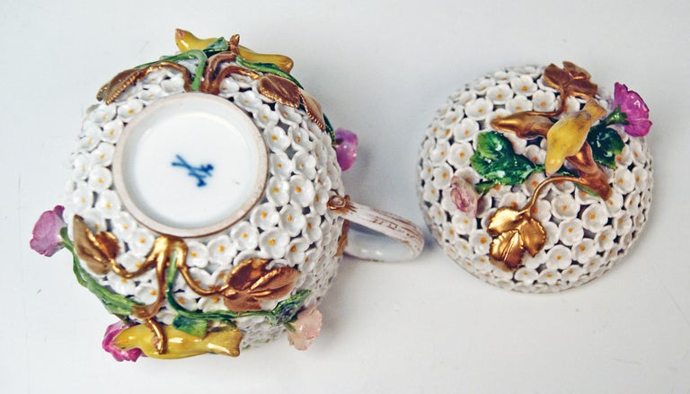 Meissen Lidded Cup with Snowball Pattern and Handle Made circa 1850 In Excellent Condition For Sale In Vienna, AT