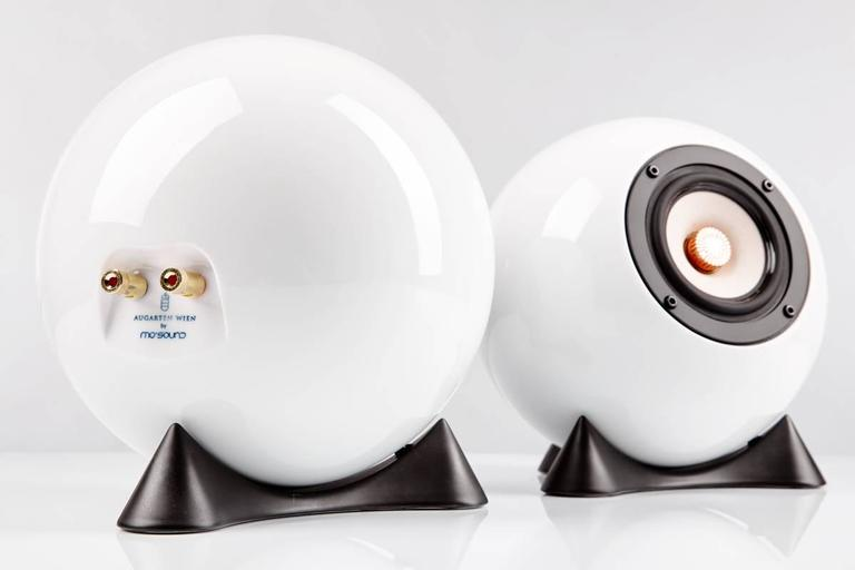 These beautiful ball speakers are the result of the collaboration of mo° sound and the well-known porcelain manufacture Augarten, both located in Vienna. The ball speakers are cast seamlessly with the typical Augarten porcelain blend, then fired