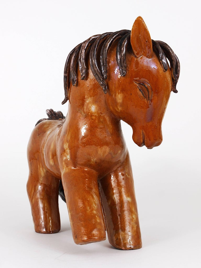 A lovely and huge handmade figurine / statue displaying a horse dated from 1947 to 1951. Designed by Walter Bosse, made of ceramic / terracotta in Kufstein/Tyrol, Austria. A charming piece in very good condition. We never had a Walter Bosse
