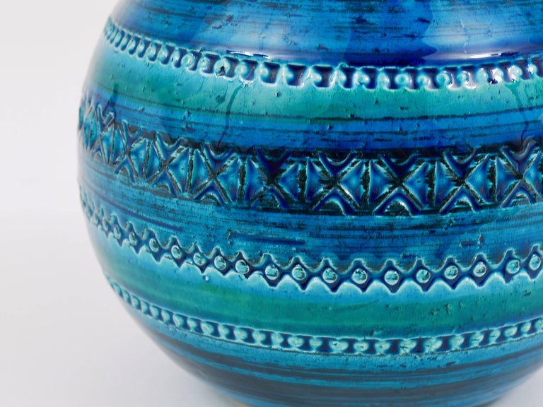 Mid-Century Bitossi Rimini Blue Pottery Ball Vase by Aldo Londi, Italy, 1960s In Excellent Condition For Sale In Vienna, AT
