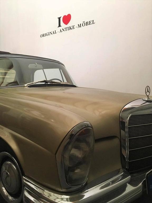 We got our hands on a very rare and unique Mercedes Benz W111 cabriolet from 1965. One of just 975 German made 250SE´s. No US-Import. Probably the only gold metallic cabriolet with original checkbook which is for sale. It features a 4 shift manual