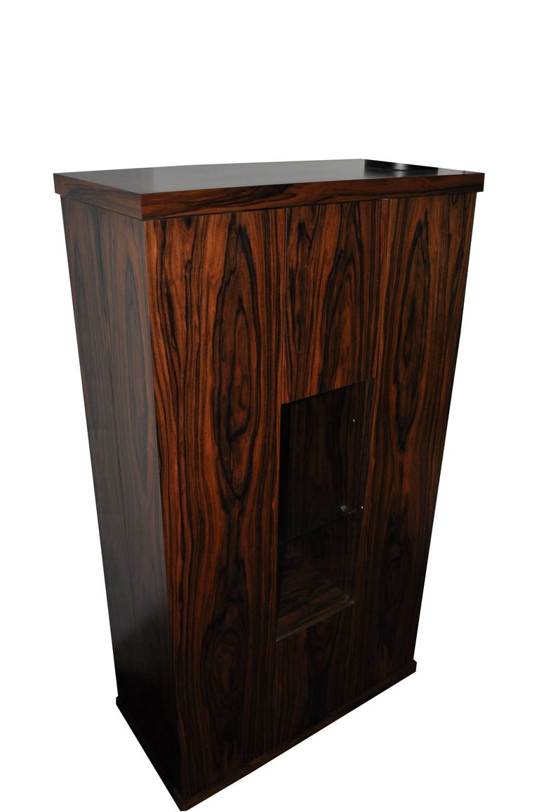 Unique bar cabinet or dry bar with an Art Deco design made of luxurious rose- or palisander wood. Features a wonderful grain and a central showcase compartment in the middle.  - one of a kind grain in wonderful rosewood - luxurious design with a