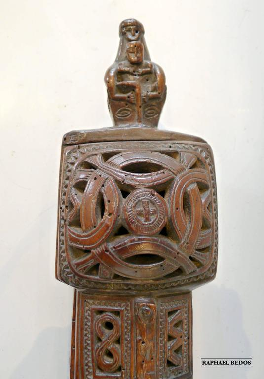 Sculptured in openwork on 3 of its faces.  A child between a man and a woman, interlaced circles, a pelican, two opposed fishes, 8 interlaced, a fowl, 2 snakes, and an animal are represented.  In the extremity, of the box represents a head of dragon