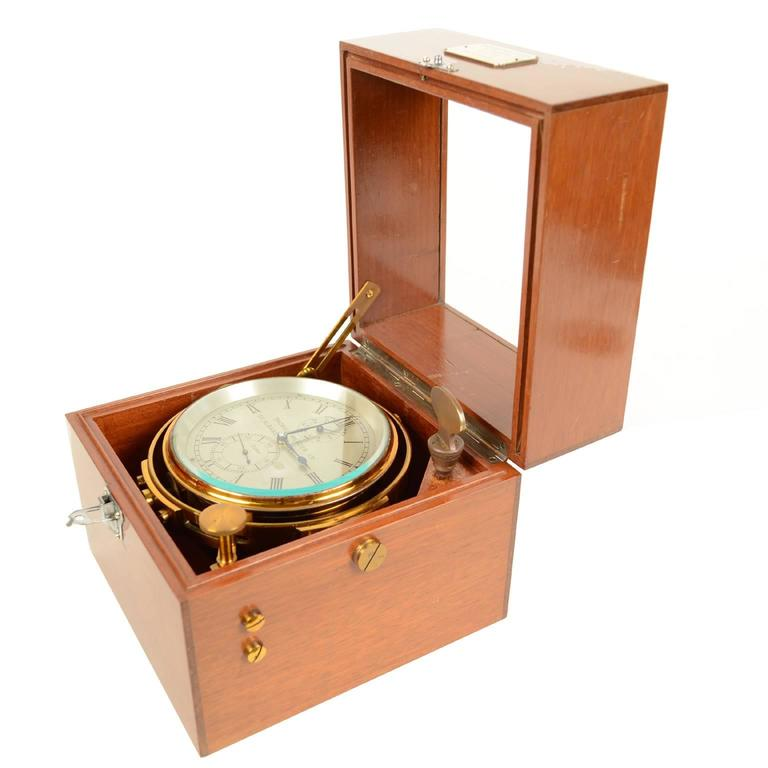 Marine chronometer signed Thomas Mercer Ltd St. Albans England, n. 17064, made in the 1940s. Mechanical hand-wound movement with power reserve of 56 hours, complete with original key; mahogany case with glass top. Diameter of the dial cm 12 - inches