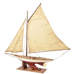 Pond Model with White and Bordeaux Hull of the 1930s