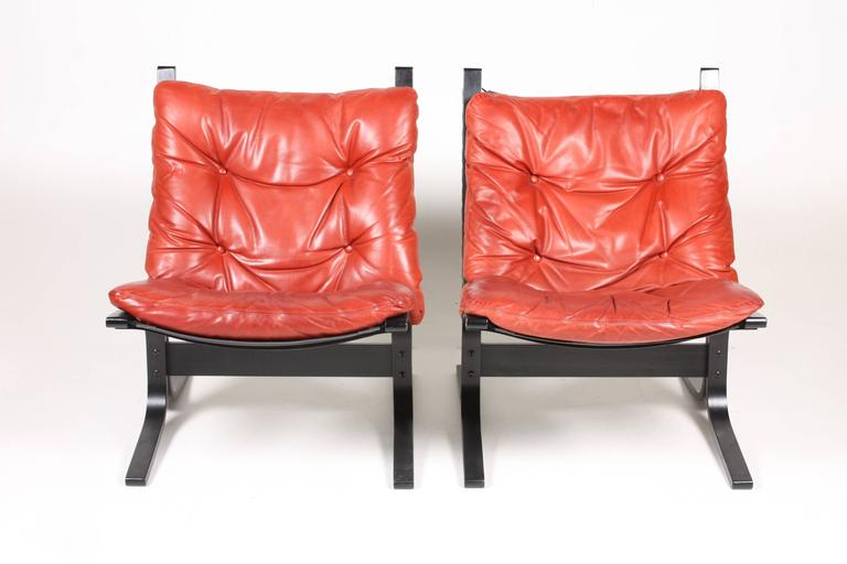 Great looking and very comfortable lounge chair in patinated leather and plywood. Designed by Ingmar Relling in 1965. Made in Norway. Great original condition. (4).