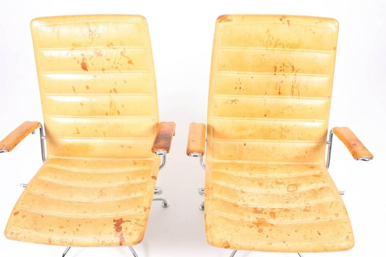 Pair of Patinated Lounge Chairs by Jens Amundsen In Good Condition For Sale In Lejre, DK