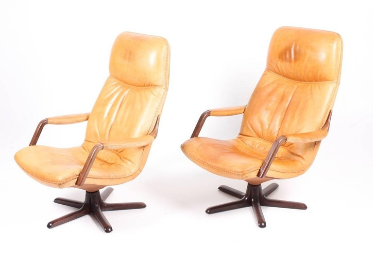 Scandinavian Modern Pair of Recliners in Patinated Leather Model Berg C90 For Sale