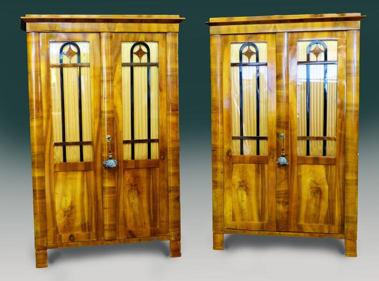 Pair Biedermeier Bookcases 19th Century German Walnut Display Cabinets In Excellent Condition For Sale In Santander, ES
