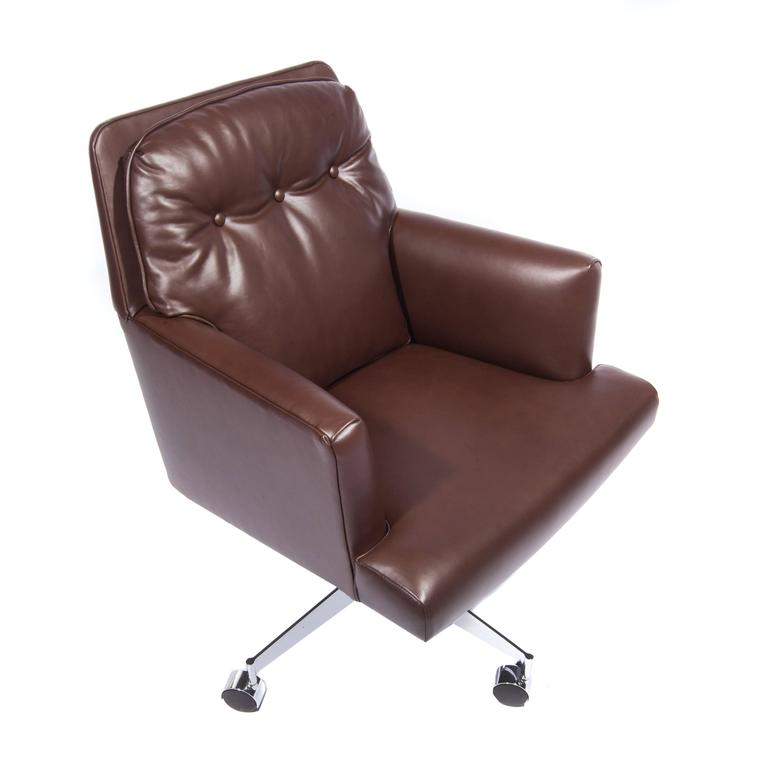 Swank, large and comfortable 1960s desk chair with a swivel base on four casters. Fully restored with new button-tufted chocolate-brown leather upholstery; re-chromed; new casters.