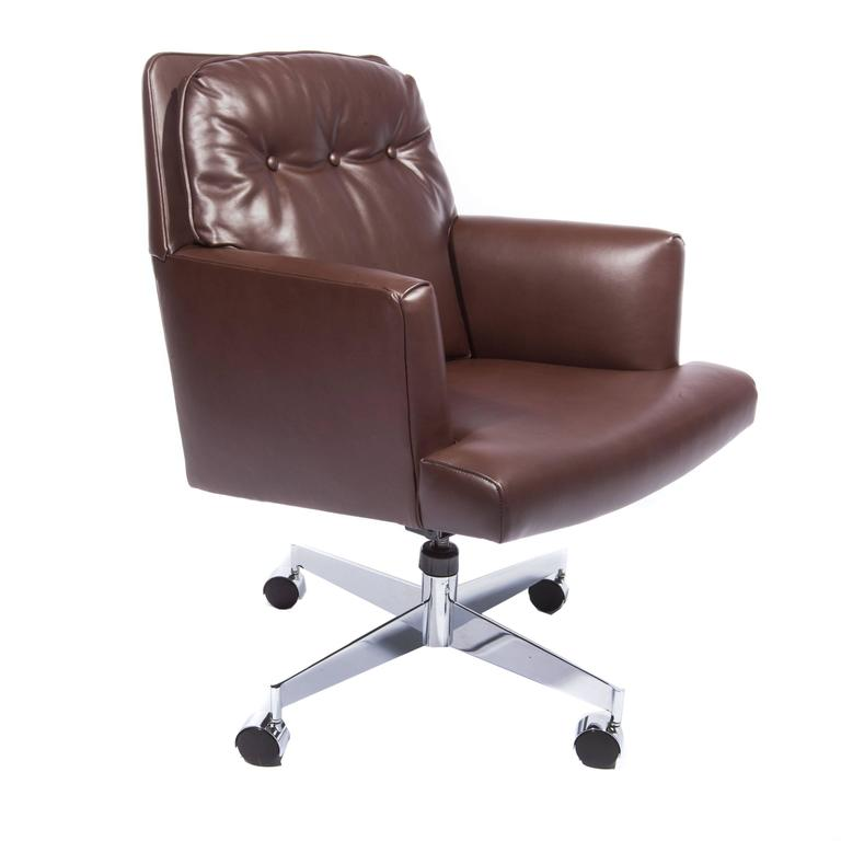 American Leather and Chrome Executive Swivel Chair by Dunbar, circa 1960s For Sale