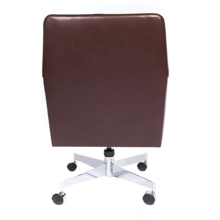 Leather and Chrome Executive Swivel Chair by Dunbar, circa 1960s In Excellent Condition For Sale In Brooklyn, NY