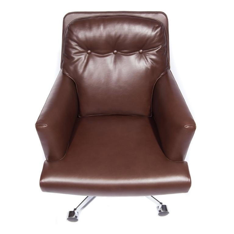 Mid-20th Century Leather and Chrome Executive Swivel Chair by Dunbar, circa 1960s For Sale