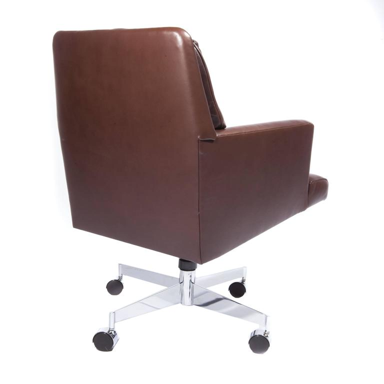 Leather and Chrome Executive Swivel Chair by Dunbar, circa 1960s For Sale 1