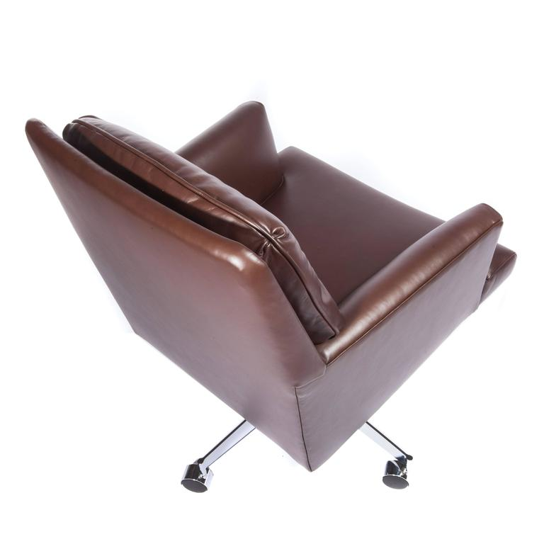 Leather and Chrome Executive Swivel Chair by Dunbar, circa 1960s For Sale 2