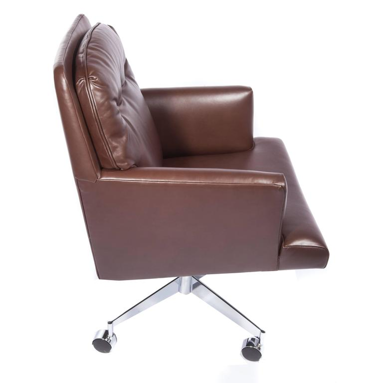Leather and Chrome Executive Swivel Chair by Dunbar, circa 1960s For Sale 3