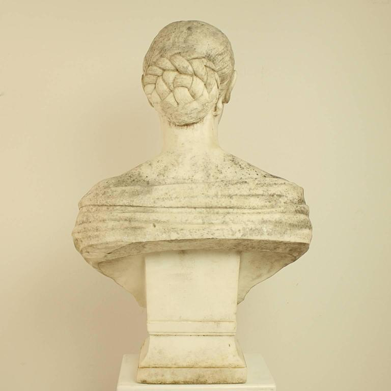 18th or 19th Century White Marble Bust of a Young Woman In Good Condition For Sale In Berlin, DE