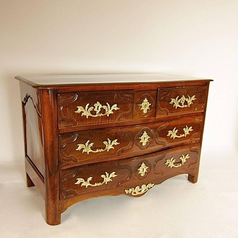 Early 18th Century Regence Walnut Commode In Excellent Condition For Sale In Berlin, DE
